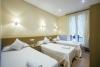 Habitaciones triples con camas individuales cerca de la playa de la concha